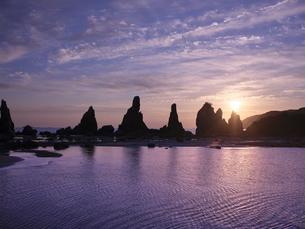 橋杭岩からの日の出の写真素材 [FYI04874870]