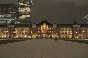 夜の東京駅の写真素材 [FYI04874971]