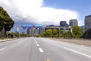青空の広がる内堀通り(皇居前広場)から、東京駅方向となる丸の内ビル街を見渡すの写真素材 [FYI04875008]
