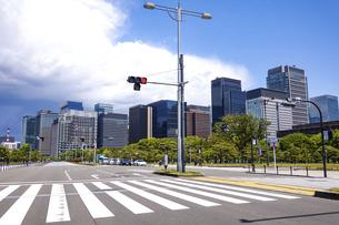 青空の広がる内堀通り(皇居前広場)から、東京駅方向となる丸の内ビル街を見渡すの写真素材 [FYI04875011]