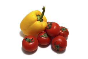 白背景のパプリカとトマトの写真素材 [FYI04875082]