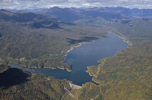 空から見る糠平湖の全景(北海道・上士幌町)の写真素材 [FYI04875137]