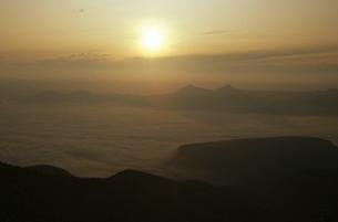 東大雪の雲海と朝日(北海道・ニペソツ山)の写真素材 [FYI04875143]
