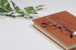 古本とメガネの写真素材 [FYI04875281]