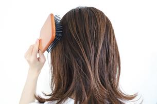 髪のお手入れ 髪をとかす女性の写真素材 [FYI04875308]