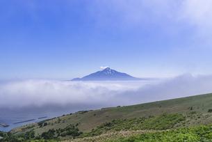 雲海の上に浮かぶ利尻富士の写真素材 [FYI04875358]