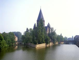 モーゼル川に浮かぶプロテスタント教会の写真素材 [FYI04875378]