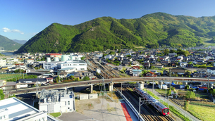 坂城市街としなの鉄道のSR1系電車と葛尾城跡の写真素材 [FYI04875483]