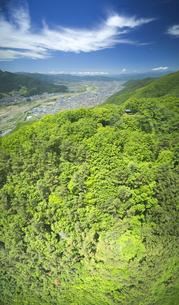 新緑の葛尾城跡から望む千曲川下流側と北アルプスと龍形の雲の写真素材 [FYI04875490]