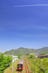テクノさかき工業団地で望むSR1(赤)と葛尾城跡と飛行機雲の写真素材 [FYI04875522]
