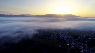 舌喰池上空から望む塩田平と雲海と朝日が昇る瞬間と浅間山遠望の写真素材 [FYI04875557]