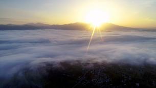舌喰池上空から望む塩田平と雲海と朝日と浅間山遠望の写真素材 [FYI04875559]