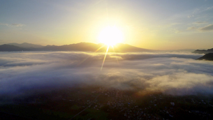 舌喰池上空から望む雲海と朝日と浅間山遠望の写真素材 [FYI04875561]