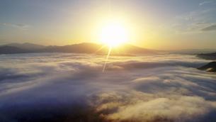 舌喰池上空から望む雲海と朝日と浅間山遠望の写真素材 [FYI04875562]