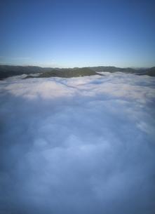 中野上空から望む朝の雲海と月と夫神岳と女神岳などの山並みの写真素材 [FYI04875575]