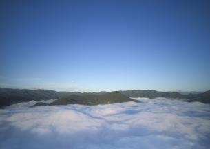 中野上空から望む朝の雲海と月と夫神岳と女神岳などの山並みの写真素材 [FYI04875576]