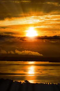 ドラマチックな朝の空の写真素材 [FYI04875677]