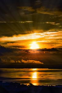 ドラマチックな朝の空の写真素材 [FYI04875678]