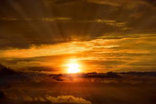 ドラマチックな朝の空の写真素材 [FYI04875679]