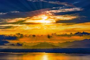 ドラマチックな朝の空の写真素材 [FYI04875680]
