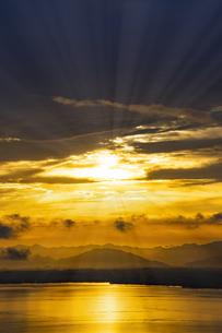ドラマチックな朝の空の写真素材 [FYI04875681]