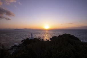 夕暮れの佐田岬灯台(愛媛県伊方町)の写真素材 [FYI04875752]
