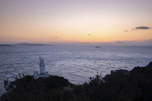 夕暮れの佐田岬灯台(愛媛県伊方町)の写真素材 [FYI04875768]