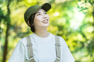 森の木々を見上げる女性の写真素材 [FYI04875881]