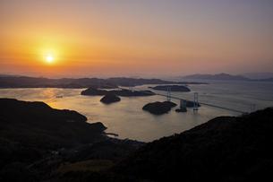 夕暮れの来島海峡(しまなみ海道)の写真素材 [FYI04875893]