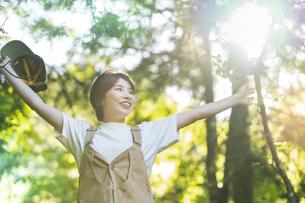 森の木々を見上げる女性の写真素材 [FYI04875904]