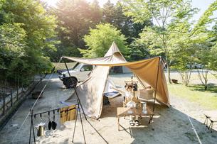 ソロキャンプを楽しむ女性の写真素材 [FYI04875935]