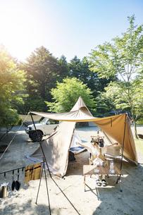 ソロキャンプを楽しむ女性の写真素材 [FYI04875938]