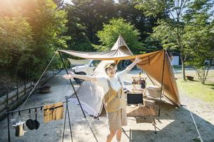 ソロキャンプを楽しむ女性の写真素材 [FYI04875945]
