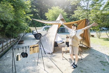 ソロキャンプを楽しむ女性の写真素材 [FYI04875948]