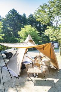 ソロキャンプを楽しむ女性の写真素材 [FYI04875954]
