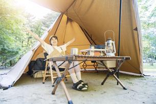 ソロキャンプを楽しむ女性の写真素材 [FYI04875958]