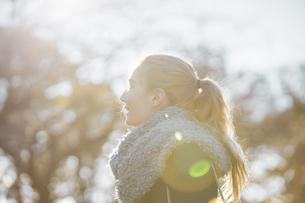 公園を散歩する女性(逆光)の写真素材 [FYI04876206]