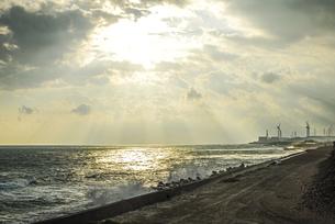御前崎から浜岡砂丘にかけての遠州灘沿い 御前崎風力発電所と浜岡原子力発電所の写真素材 [FYI04876261]