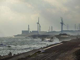 御前崎から浜岡砂丘にかけての遠州灘沿い 御前崎風力発電所と浜岡原子力発電所の写真素材 [FYI04876262]