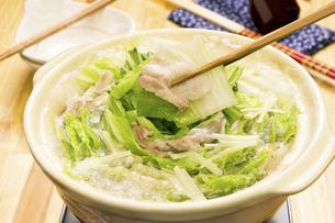 豚バラと白菜の重ね鍋の写真素材 [FYI04876568]
