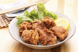 鶏の唐揚げ(鶏モモ)の写真素材 [FYI04876606]