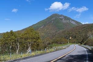 羅臼岳と知床横断道路の写真素材 [FYI04876681]