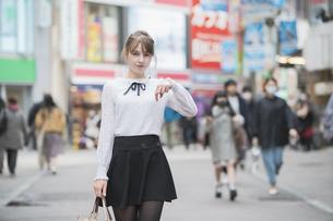 東京・渋谷を観光する女性の写真素材 [FYI04876736]