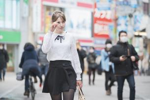 東京・渋谷を観光する女性の写真素材 [FYI04876737]