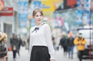 東京・渋谷を観光する女性の写真素材 [FYI04876738]