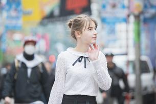 東京・渋谷を観光する女性の写真素材 [FYI04876739]