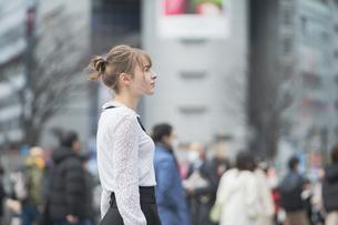 東京・渋谷を観光する女性の写真素材 [FYI04876742]