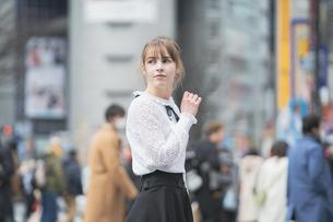 東京・渋谷を観光する女性の写真素材 [FYI04876743]