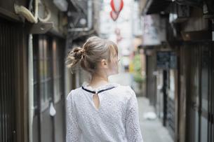 東京・渋谷の飲み屋街を歩く女性の写真素材 [FYI04876744]