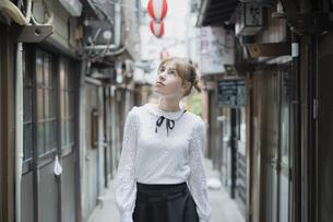 東京・渋谷の飲み屋街を歩く女性の写真素材 [FYI04876745]